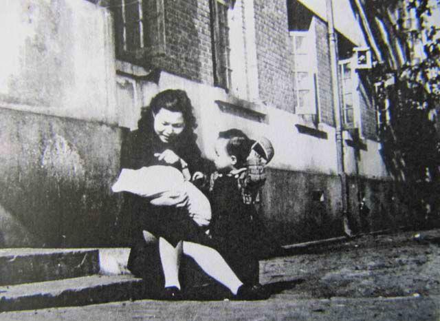 47年春,襁褓中的笔者在母亲慈爱的怀抱中。