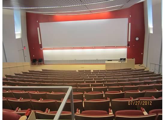校园里的自行车 阶梯教室 RISD中文翻成罗德岛艺术设计学院,不仅全美名列前茅,全世界都享有盛誉。这个有一百二十五年历史的艺术大学府只有1800多名本科生,300多名研究生,但是这些学生来自世界各地的五十多个国家和地区,他们的建筑、室内设计和工业设计都是出类拔萃的。艺术学院的学费不低,跟读藤校的布朗不相上下,不过跟布朗不同的是,他们设有奖学金,布朗只有助学金,而且学艺术的学生也可以在布朗大学选课。 我们家的妹妹从小喜欢画画,可是不大喜欢读书,我们这次带她来见见世面,她也知道这是个顶尖的艺术学院,能进这所